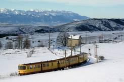 Train jaune sous la neige