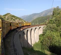 Train jaune sur le viaduc
