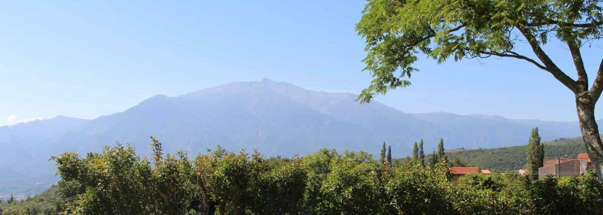 Vue sur le Canigo depuis Molitg les Bains